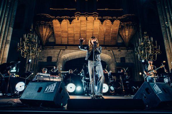 """Lou Doillon dans la cathédrale de Bourges pour rendre hommage à l'album """"Dummy"""" du groupe anglais Portishead"""