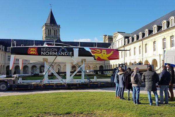 Le Figaro Benneteau III Région Normandie, sur lequel naviguera Alexis Loiosn jusqu'en 2020, s'est installé ce lundi dans le parc du Conseil régional