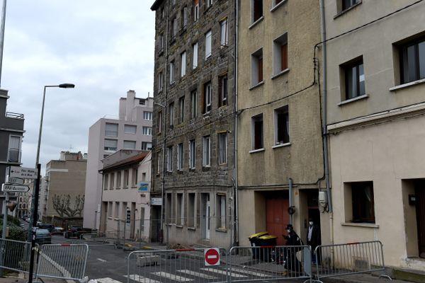 Menace d'effondrement Saint-Etienne 8 février 2021 -L'immeuble du 7, rue Etienne-Dolet, vide de ses occupants, menace de s'effondrer. Les habitants d'immeubles voisins ont été évacués par précaution.