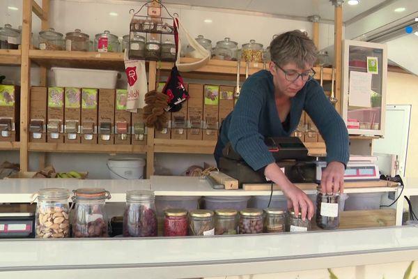 Dans l'épicerie ambulante L'Affaire est dans le vrac, on trouve de la nourriture mais aussi des produits cosmétiques bio et locaux.