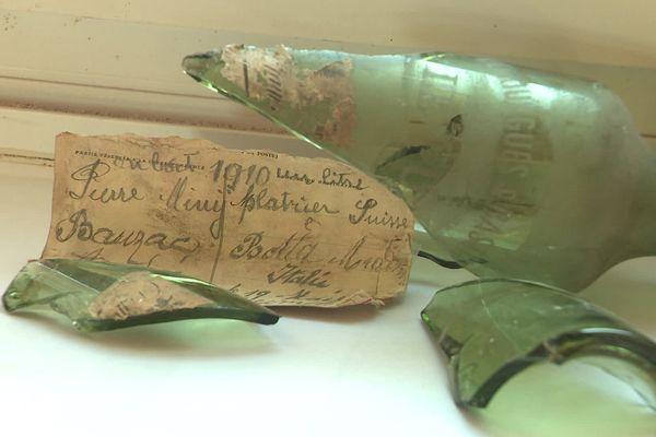 Trouvés à Solignac-Sur-Loire (Haute-Loire) lors de travaux, une bouteille et un message datant de 1910. La bouteille a été brisée pour conserver le message intact.