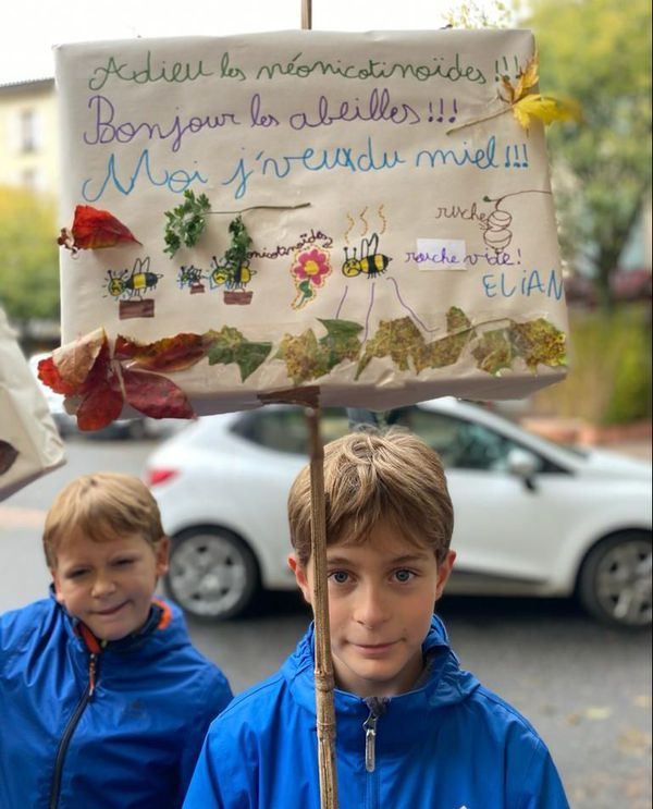 Elian et Tristan, et l'une de leurs pancartes.