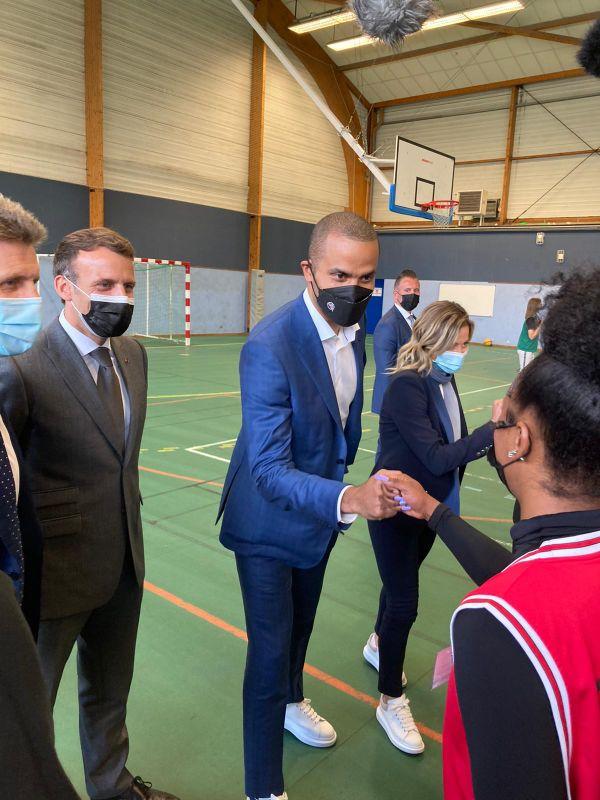 Emmanuel Macron avec Tony Parker, dans un gymnase de Pont-Sainte-Marie.
