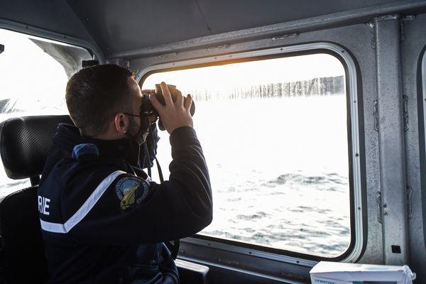 Un gendarme maritime de Boulogne-sur-mer scrute l'horizon à la recherche de petites embarcations.