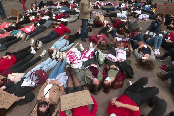 """Les sages-femmes ont mené une action """"die-in"""",une manifestation couchée pour protester symboliquement. Toulouse (Haute-Garonne) - 5 mai 2021"""