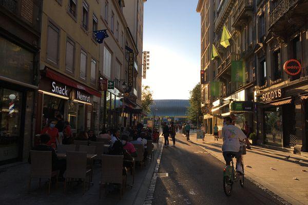 La rue du maire Kuss est bordée par de nombreuses enseignes de restauration rapide.
