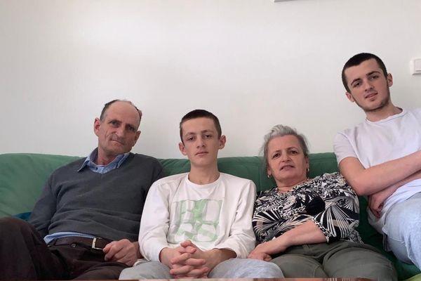 Cette famille albanaise, arrivée en France en 2013, risque d'être séparée. Les parents sont menacés d'expulsion, au grand dam de l'association lyonnaise qui les soutient.
