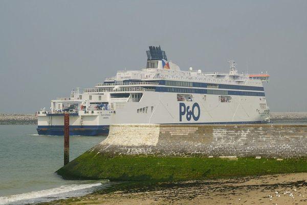 Un ferry de la compagnie P&O entrant dans le port de Calais en juin 2019.