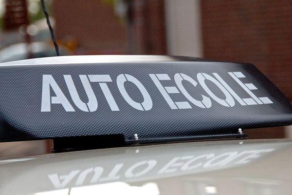 Les moniteurs d'auto-école ne peuvent plus donner de cours de conduite mais doivent continuer d'envoyer des élèves aux examens du permis de conduire.