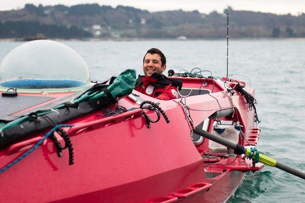 Guirec Soudé sur son monotype aviron océanique de 8 m de long pour 1,60m de large
