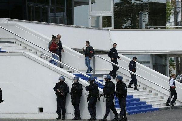 La simulation s'est déroulée en plein jour sur les marches du Palais des festivals, parées pour l'occasion d'un tapis bleu pour accueillir les assaillants.