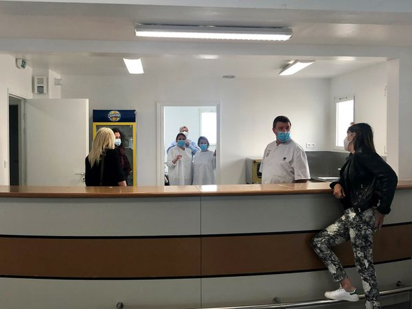 Le comptoir de la salle polyvalente de Luri transformé en espace d'accueil et de consultation Covid.