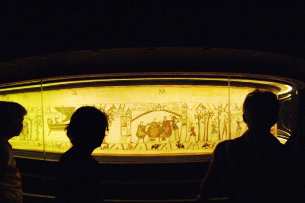 La tapisserie millénaire est une longue broderie de 70 mètres qui raconte la conquête de l'Angleterre en 1066 par Guillaume de Normandie