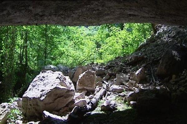 De nombreux éboulis rendent l'accès à la grotte des Planches impossible