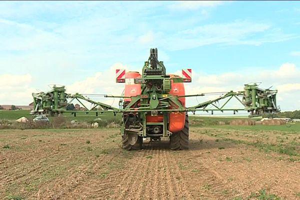 Pour les agriculteurs qui l'utilisent, l'interdiction du glyphosate risquerait de réduire leur compétitivité internationale.