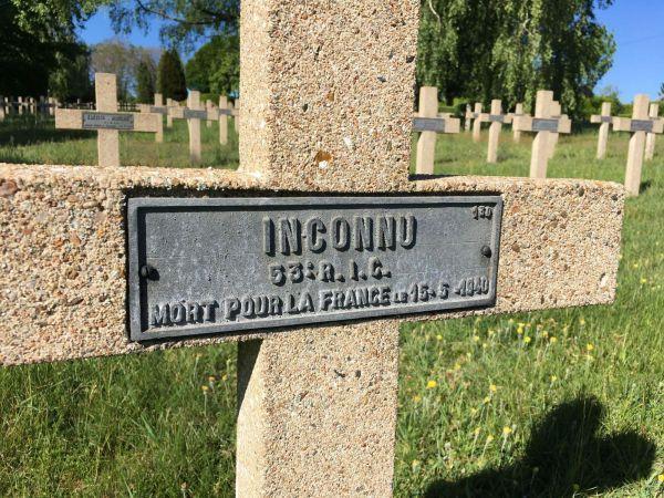 Un soldat français inconnu tué le 15 mai 1940 dans les environs de Sedan et inhumé à la Nécropole Nationale de Floing.