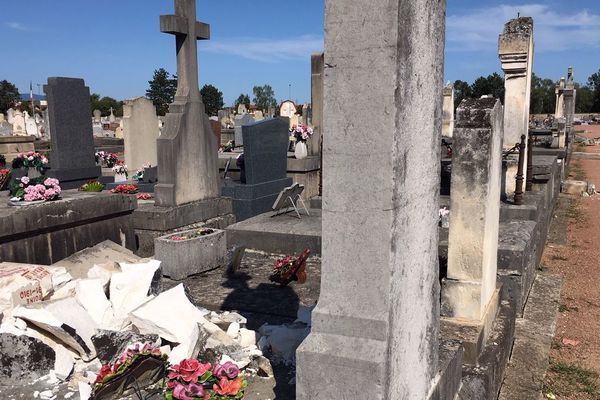 Roanne : près de 300 stèles endommagées par la mini-tempête, la mairie cherche les propriétaires