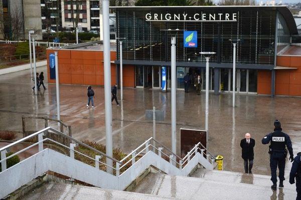 La gare RER de Grigny-Centre, dans l'Essonne. C'est ici que le 16 mars 2013, une bande de jeunes s'en est pris violemment à plusieurs passager d'une rame du RER D, les détroussant de leurs effets personnels avec une méthode qui rappelle les attaques de diligence.