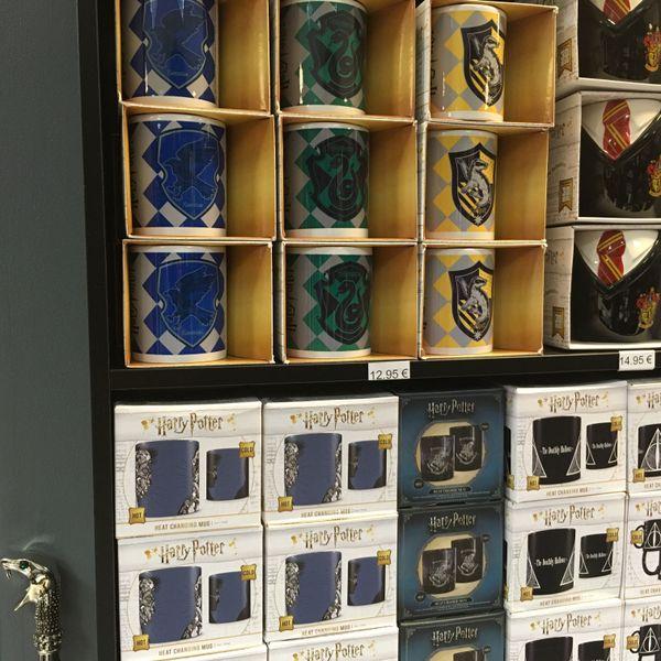 En vente: des dizaines de tasses à 10 euros... et à gauche, la canne à tête de serpent (en vrai argent) de Lucius Malefoy: 100 euros.