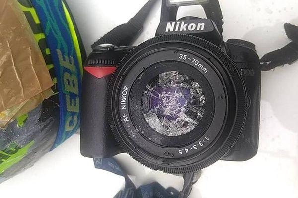 Ce photographe professionnel a publié la photo de l'objectif brisé par les coups de matraque.