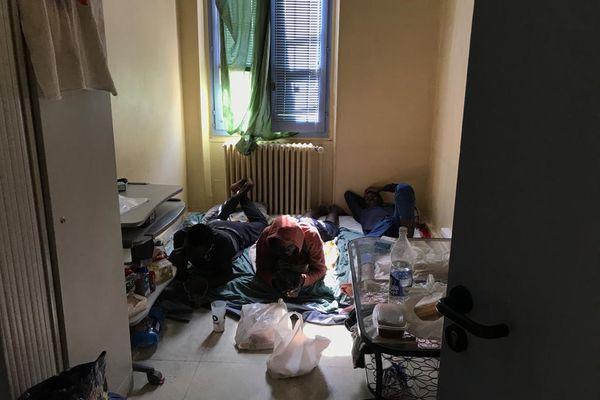 Les matelas au sol remplacent les bureaux de travail. Une trentaine de réfugiés vit dans l'immeuble vide.
