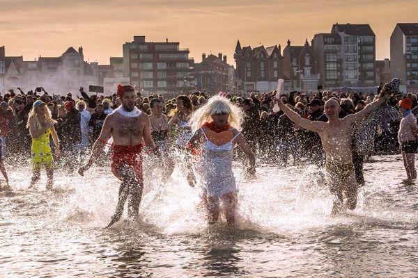 """Le """"bain des Givrés"""" est une tradition à Malo."""