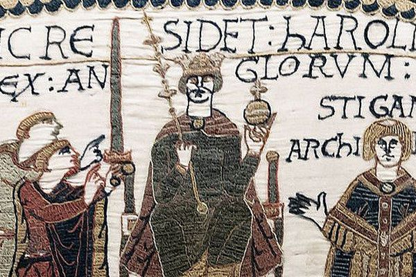 Le couronnement d'Harold II d'Angleterre représenté sur la tapisserie de Bayeux.