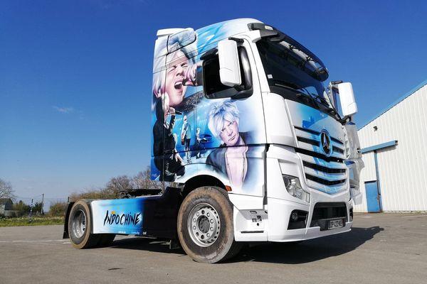 Le groupe Indochine sur un camion, une œuvre de Manolane