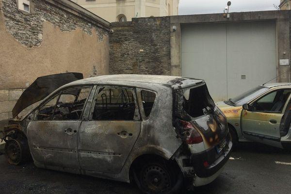 8 voitures,dont deux incendiées, ont été dégradées ce mercredi 6 mars aux abords de la prison d'Angers.
