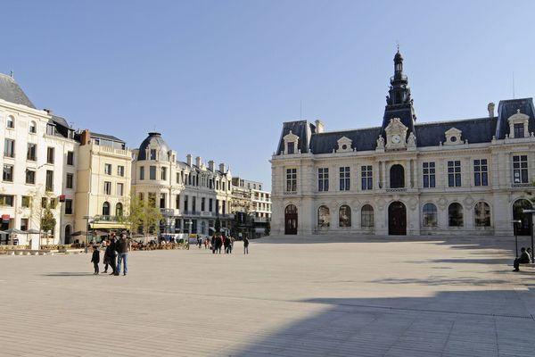 Parvis et Hôtel de ville de Poitiers.