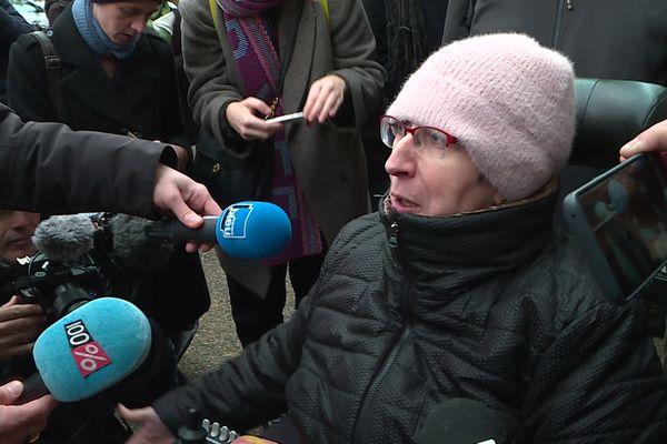 Odile Maurin devant le palais de justice de Toulouse avant son procès, vendredi 6 décembre