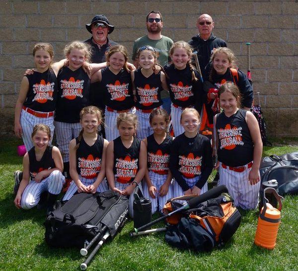 Recruté par une équipe de softball féminine de Strasburg, Ohio, les redoutables Tigers, dont les résultats font la fierté du village.