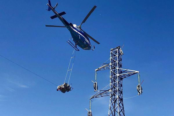 Un hélicoptère peut dérouler 3,5 kilomètres de câble haute tension en une journée.