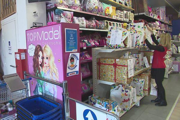 De nombreux magasins de jouets comme ici à Poitiers proposent d'acheter en drive à leurs clients.