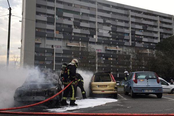 Plusieurs voitures ont brûlées ce lundi matin, au pied des barres d'immeubles du quartier de la Reynerie à Toulouse.