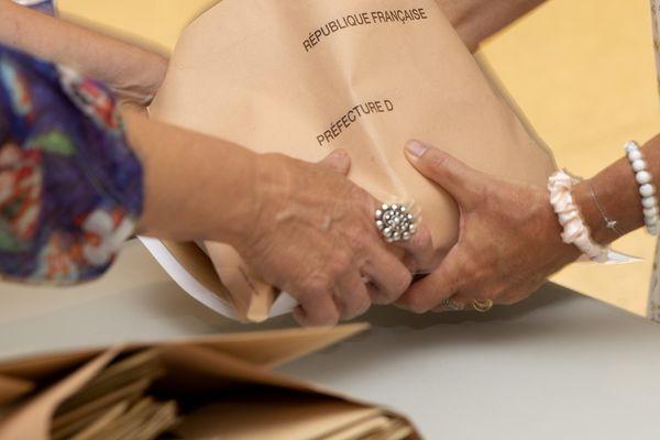 Dépouillement du premier tour des élections départementales et régionales dans un bureau de vote à Annecy.
