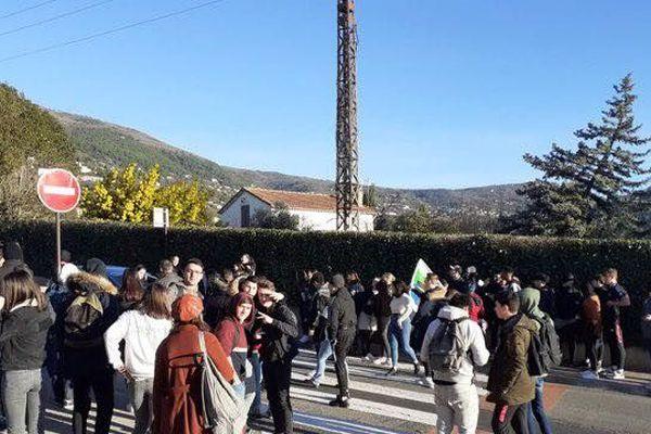 Environ une soixantaine de personnes ont bloqué ce matin le lycée Tocqueville, de Grasse. L'épreuve d'anglais du nouveau bac a été retardée de 30 minutes.