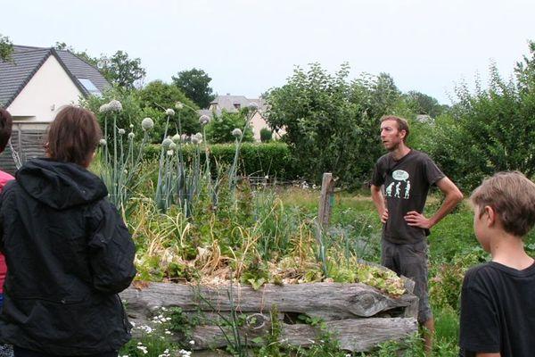 Depuis 2 ans, à Prunet dans le Cantal, Rémi Richart reçoit des stagiaires en permaculture.