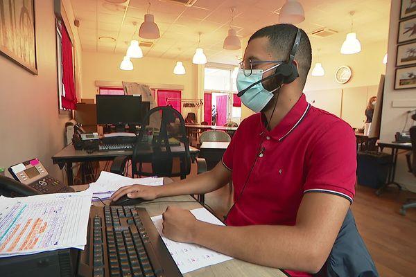 A l'intérieur du centre de vaccination de Bron (Métropole de Lyon) le téléphone ne cesse de sonner, et c'est Bilal qui répond.