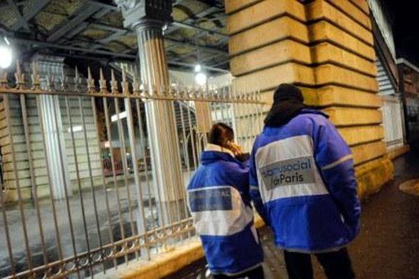 Des bénévoles du SAMU Social effectuant une maraude à Paris. Image d'illustration