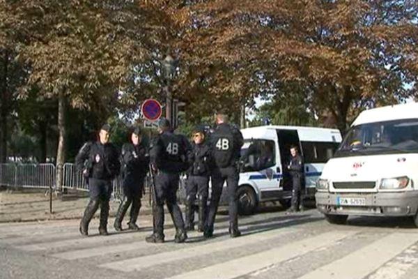 Ce matin, les forces de l'ordre sont présentes près de la place de la Concorde à Paris, où se trouve l'ambassade américaine.