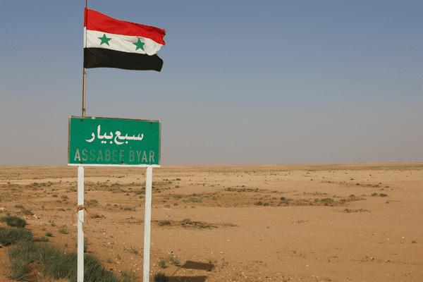 Un drapeau syrien près de la frontière irakienne