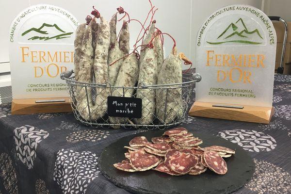 Le saucisson fermier du Gaec du Mont Journal dans le Cantal a été récompensé au Sommet de l'élevage de Cournon d'Auvergne, dans le Puy-de-Dôme.