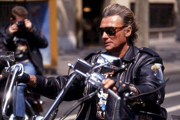 Johnny Hallyday en 1990 sur une Harley-Davidson