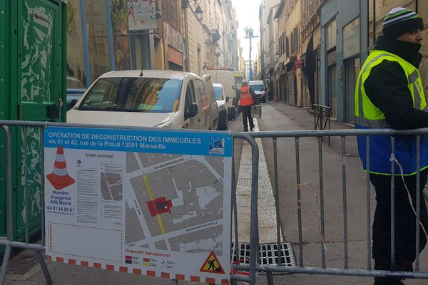 05/02/2019 - La démolition de deux immeubles du centre de Marseille frappés d'un arrêté de péril a débuté mardi matin.