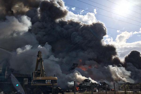 Un impressionnant incendie s'est déclaré dans un centre de traitement des déchets d'Issoire (Puy-de-Dôme), le 6 avril aux alentours de 15 heures.
