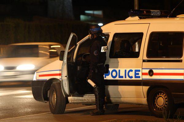"""Une enquête pour """"blessure volontaire sur personne dépositaire de l'autorité publique"""" a été ouverte, après l'agression du policier dans la nuit de jeudi à vendredi. Les auteurs ont pris la fuite."""