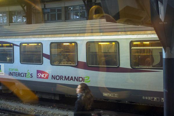 De nombreuses fenêtres brisées par la glace doivent être remplacées. La SNCF ne dispose pas de wagons en nombre suffisant assurer un service normal.