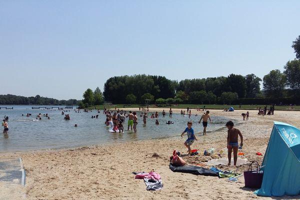Avec ces températures chaudes de ces derniers jours, le plan d'eau de Beauvais a ouvert en avance.