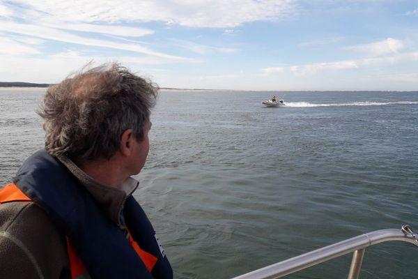 Les hommes de la SNSM de Lège Cap Ferret en mer pour mettre en garde sur les dangers de la passe entre la pointe du Cap et le banc d'Arguant.